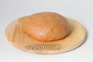 Руки моем под холодной водой и вытираем. Сразу же холодными руками берём тесто, слегка обминаем и плашмя с силой бросаем на стол (желательно холодный) минут 5-10.