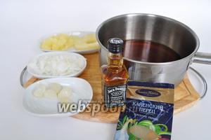 Режем ананас, понадобится 1 столовая ложка, мелко крошим лук потребуется 3 столовых ложки, чеснок можно просто раздавить вилочкой потребуется 2 чайные ложки чесночной массы.