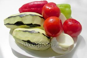 Все овощи вымыть, по желанию очистить и нарезать примерно одинаковым кубиком.