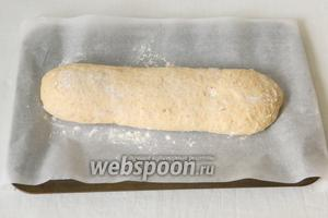 Переносим тесто на припыленный мукой пергамент.