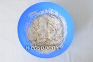 Небольшими порциями начинаем вливать оставшуюся воду и замешиваем мягкое тесто. Вам может понадобиться чуть больше или чуть меньше указанного количества воды, поэтому не стоит её всю сразу выливать в тесто.