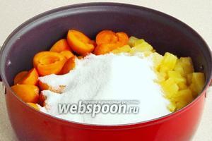 Соединить абрикосы с консервированными ананасами (вместе с заливкой) и засыпать сахаром.