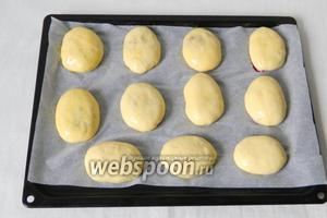 Подошедшие пирожки смазываем разболтанным яйцом.