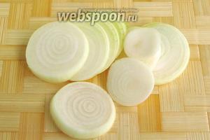 Луковицы очистить и нарезать кружочками толщиной 3–5 мм.