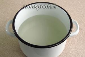 В воде растворить соль и сахар, довести раствор до кипения, снять с плиты и влить уксус.