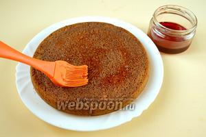 Разрезать на два пласта, как при приготовлении тортов, пропитать тёплым конфитюром или сиропом.