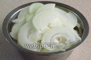 Луковицы очистить, разрезать пополам, а затем каждую половинку нашинковать полукольцами толщиной 3–5 мм.
