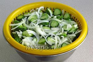 Через 10–15 минут переложить овощную массу на сито для отделения сока. Сок в дальнейшем использовать для растворения уксусной эссенции.