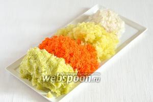 Кабачок 400 грамм помыть, морковь 1 штуку, лук репчатый 2 штуки очистить, в перце сладком 2 штуки удалить семена. Все овощи измельчить с помощью кухонного комбайна или на мелкой терке.