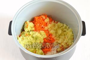 В чашу мультиварки (у меня мультиварка Поларис) выложить подготовленные овощи и 50 мл., подсолнечного масла.