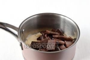 Соединить жирные сливки и шоколад. Нагреть на медленном огне до 60 ºС.