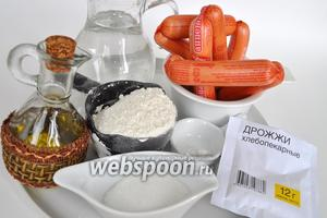 Подготовим необходимые для сосисок в тесте продукты: сосиски, муку, масло, дрожжи, воду, соль.