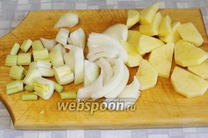 Крупно нарезать картофель, лук, сельдерей.
