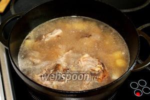 Добавить томатный соус и залить водой. Довести до кипения, уменьшить огонь, варить под крышкой в зависимости от старости мяса, но не менее часа, так как это все же не мякоть. Я варила около 2 часов.