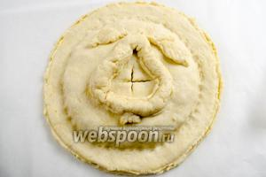 Сверху накрыть вторым кругом. Прижать круги теста по краю начинки. Украсить середину пирога. Сделать в центре надрез, чтобы начинка «дышала».