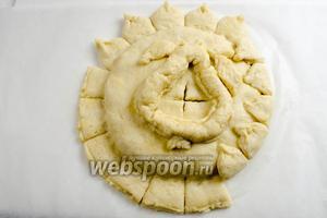 Загнуть лепестки на пирог, подклеивая их белком.