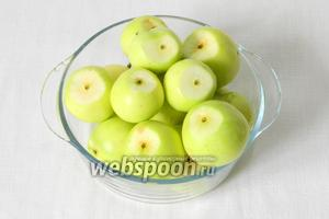 Яблоки моем, срезаем верхушку с усиками.