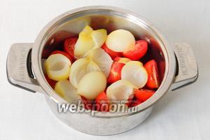 Складываем в кастрюлю помидоры и отваренный лук.