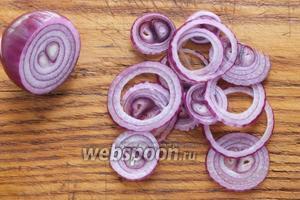Нарежьте лук тонкими кольцами.
