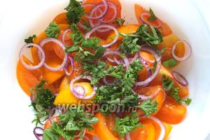 Смешайте в миске ломтики томатов, кольца лука и нарубленную зелень.