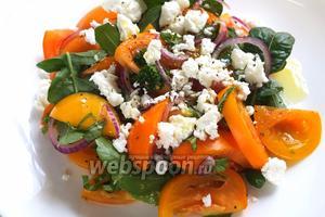 Разложите салат по тарелкам. При подаче, добавьте сверху раскрошенный сыр фета и полейте оливковым маслом. Приятного аппетита!
