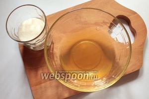 Нагреть желатин на водяной бане или в микроволновой печи. Смешать с сахаром и процедить.