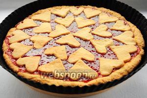 Для того чтобы начинка не вытекла из пирога, оставьте его в форме до полного остывания.