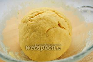 Постепенно добавляя муку, смешанную с крахмалом, ванилином и разрыхлителем, замесите эластичное тесто. Заверните его в пищевую плёнку или пакет и уберите в холодильник на 30-40 минут.