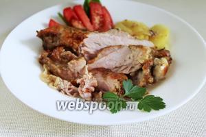 Подавать мясо, поливая получившимся при запекании соусом.