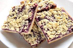 Готовый пирог достаньте из духовки, полностью остудите и разрежьте на квадратные печенья.