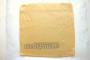Охлаждённое тесто раскатайте в прямоугольный пласт толщиной около 0,7 см.