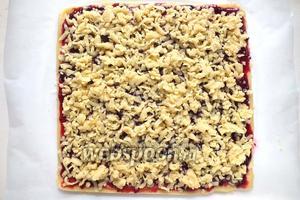 Достаньте из морозильника кусочек теста и натрите его на крупной тёрке, распределив по поверхности пирога. Выпекайте в разогретой духовке примерно 15-20 минут.