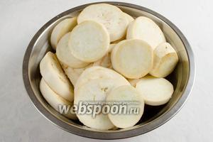 Баклажаны вымыть, просушить, разрезать на части кольцами. Обильно посыпать солью и отставить в сторону.