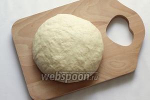 Постепенно добавить муку и замесить мягкое тесто.