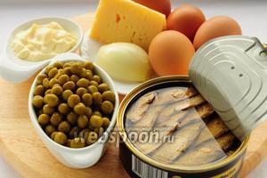 Для приготовления салата вам понадобятся: шпроты, зелёный горошек, сыр, варёные яйца, лук и майонез.