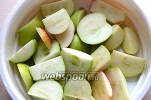 Нарежьте яблоки вместе с кожицей.
