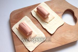На сыр — сосиску, которую сначала разрезать пополам и надрезать.