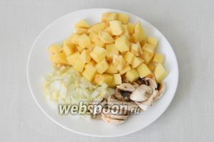 Подготавливаем основные ингредиенты: картофель нарезаем кубиками, измельчаем лук, нарезаем грибы.