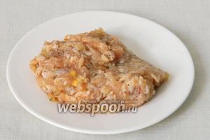 В куриный фарш добавляем соль, перец по вкусу и хорошо перемешиваем.