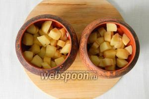 Горшочки обмазываем сливочным маслом и выкладываем в них картофель.