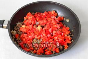 Добавляем помидоры и сладкий перец, жарим ещё 5-10 минут.