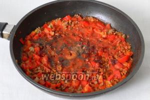 Вливаем воду, томатную пасту и добавляем приправы по вкусу.