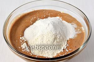 Вмешать муку, просеянную с содой, солью, разрыхлителем.