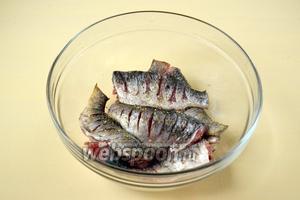 Рыбу солим, посыпаем приправами для рыбы из мельнички.