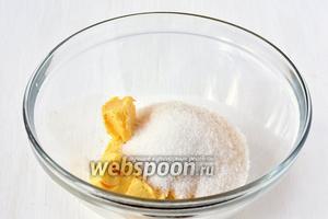 Соединить масло комнатной температуры, ванильный сахар и 100 г обычного сахара. Взбить до образования пышной массы.