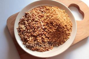 Крошку остатков коржей соединить с орехами.