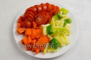 Подготовленные овощи вымыть, морковь очистить, просушить, нарезать на куски.