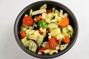 Все овощи сложить в мультиварку. Перемешать. Поставить чашу в мультиварку. Закрыть крышку. Включить режим приготовления «Тушение». Включить «Старт». Через 1 час после начала приготовления добавить к овощам кусочки нарезанного чеснока.