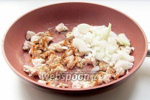 В растительном масле слегка поджарить куриное филе, добавить лук. Посолить, сдобрить любимыми специями и жарить до мягкости лука.
