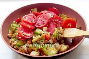 Выложить помидоры поверх всех овощей, посыпать чесноком, закрыть крышкой и потушить 10 минут, чтобы помидоры отдали свой сок. Затем выправить на соль и специи.